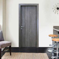 Una porta da interno battente in legno