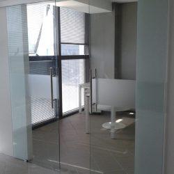 Una porta in vetro scorrevole a due ante