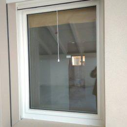 Vista esterna di finestra 1 anta con tapparella e zanzariera