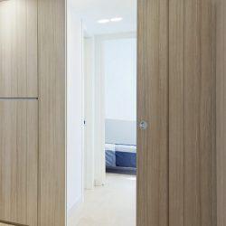 Una porta a scomparsa in legno