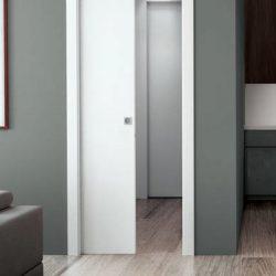 Una porta scorrevole in legno